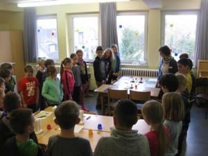 Die Kinder erfahren, was an den einzelnen Stationen zu tun ist.