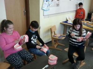 Hier im Bild lernen die Kinder die richtige Zahnputztechnik (KAI!- Kauflächen, Außenflächen, Innenfächen!)
